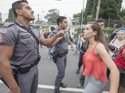 menina enfrenta policial